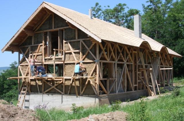 Casele din baloti de paie: Cel mai nou pariu al unor tineri in domeniul constructiilor ecologice - Foto 1 din 11