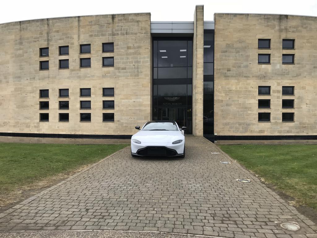 In vizita la fabricile Aston Martin din Anglia unde sunt produse noile modele si restaurate cele vechi - Foto 1 din 11