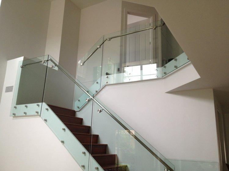 SecuritInternational.ro – Montarea de balustrade de sticla este solutia ideala pentru interioare luminoase si spatioase
