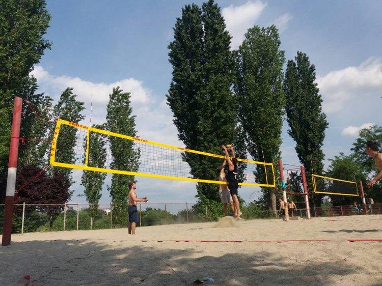 Regulament inedit la un turneu de volei pe plaja cu scop caritabil