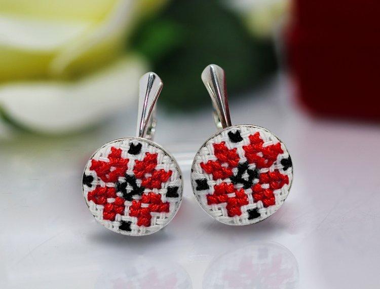 Doi tineri din Suceava, promoveaza traditionalul prin bijuterii