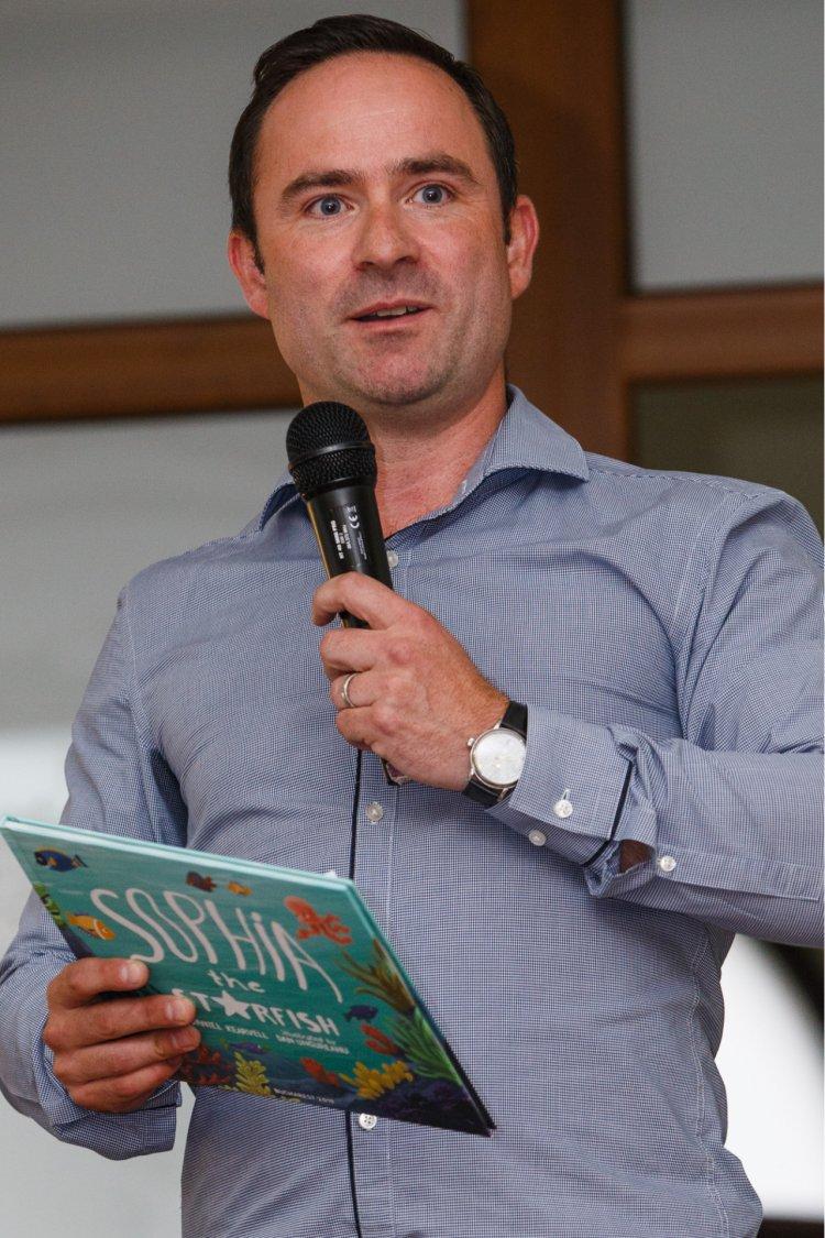 Îndrăgostit de România, Daniel Kearvell, CEO-ul DHL, lansează o a doua carte pentru ajutorarea copiilor săraci