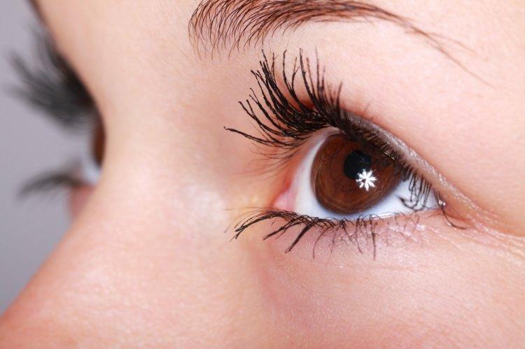 7 greșeli pe care NU trebuie să le faci dacă porți lentile de contact