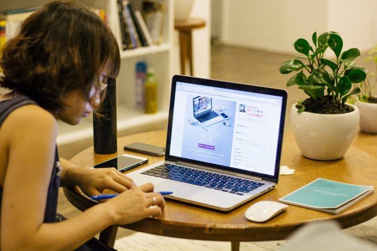 5 idei de joburi online pentru mamele care stau acasă