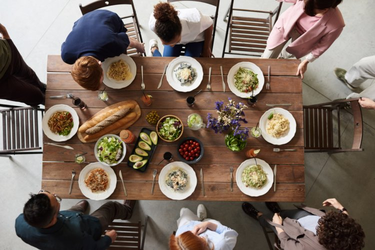 Familiile fericite mănâncă împreună - De ce e important ritualul mesei și cum să-l stabilești?
