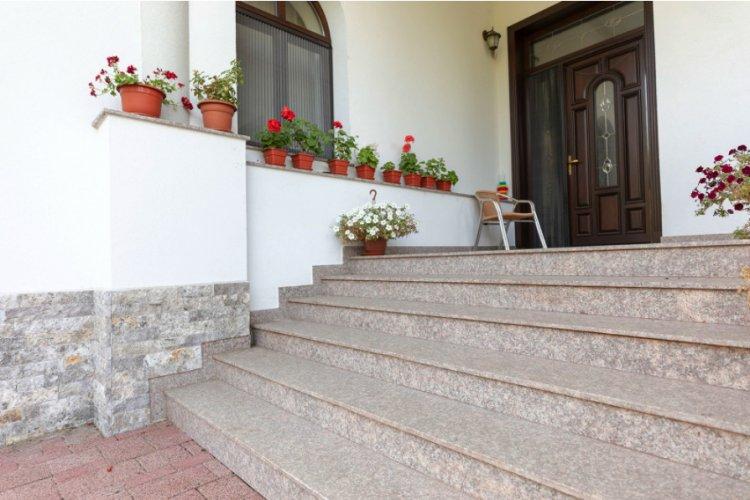 Materialul potrivit pentru treptele casei: Marmură, granit sau andezit?