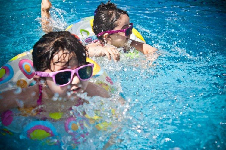 5 motive pentru a-ți înscrie bebelușul la cursuri de înot