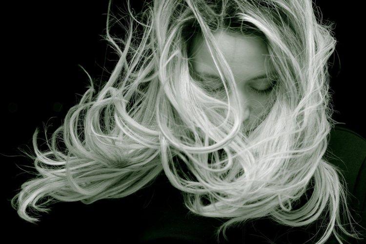 Cum să conferi părului strălucirea necesară chiar de la rădăcină?