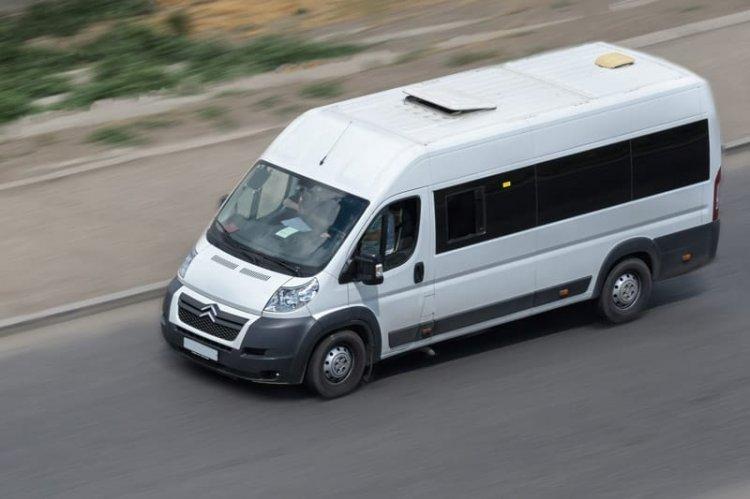 Avantajele închirierii unui microbuz cu 9 locuri