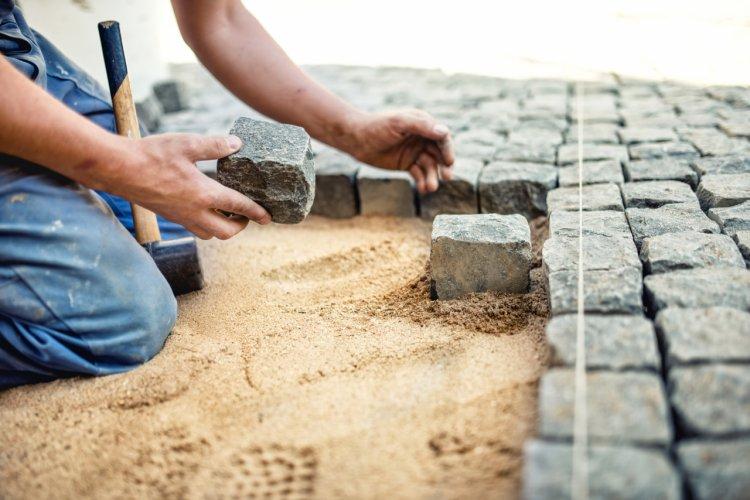 Pavarea curții: avantajele pavajelor din piatră cubică
