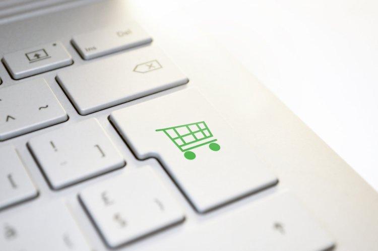 Plasezi des comenzi online? Ce beneficii îți poate aduce acest obicei.