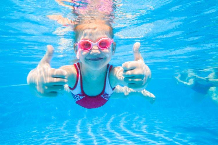 7 beneficii ale înotului pentru copii și adolescenți